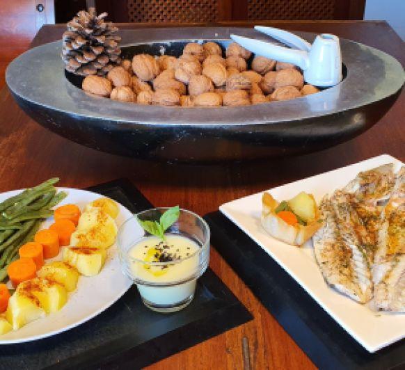 Cocinando en niveles: Vichysoisse, patatas y verduras al vapor como guarnición del plato principal, lubina al vapor.