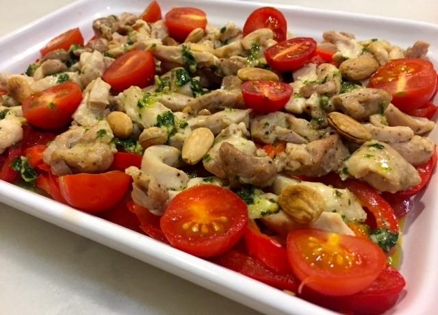Ensalada de pimiento y pollo con almendras