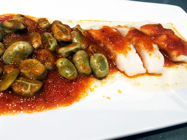 FILETE DE PERCA CON TOMATE Y HABAS