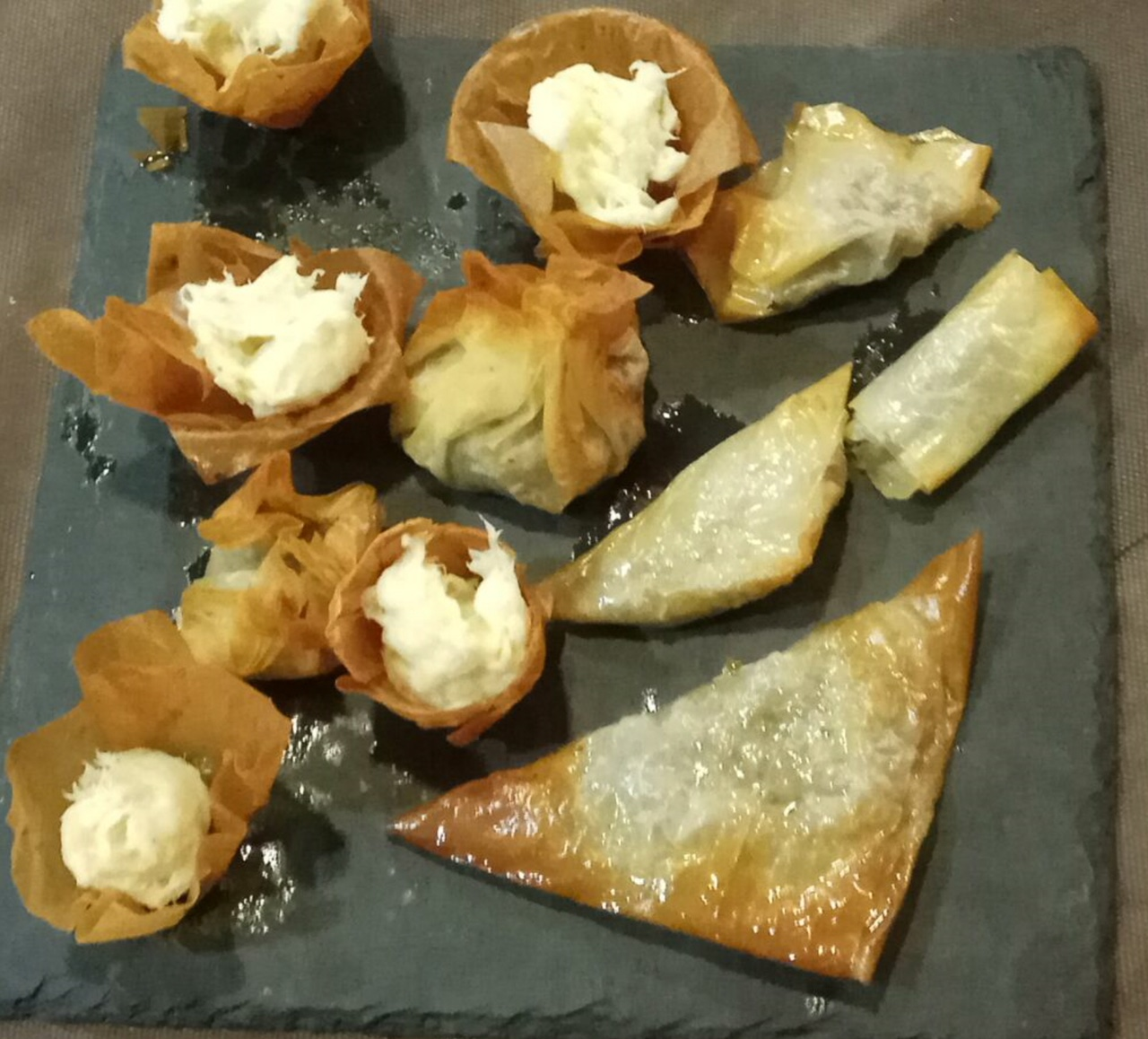 Crujiente de brandada de bacalao sobre salsa romesco - Aperitivos con bacalao ...