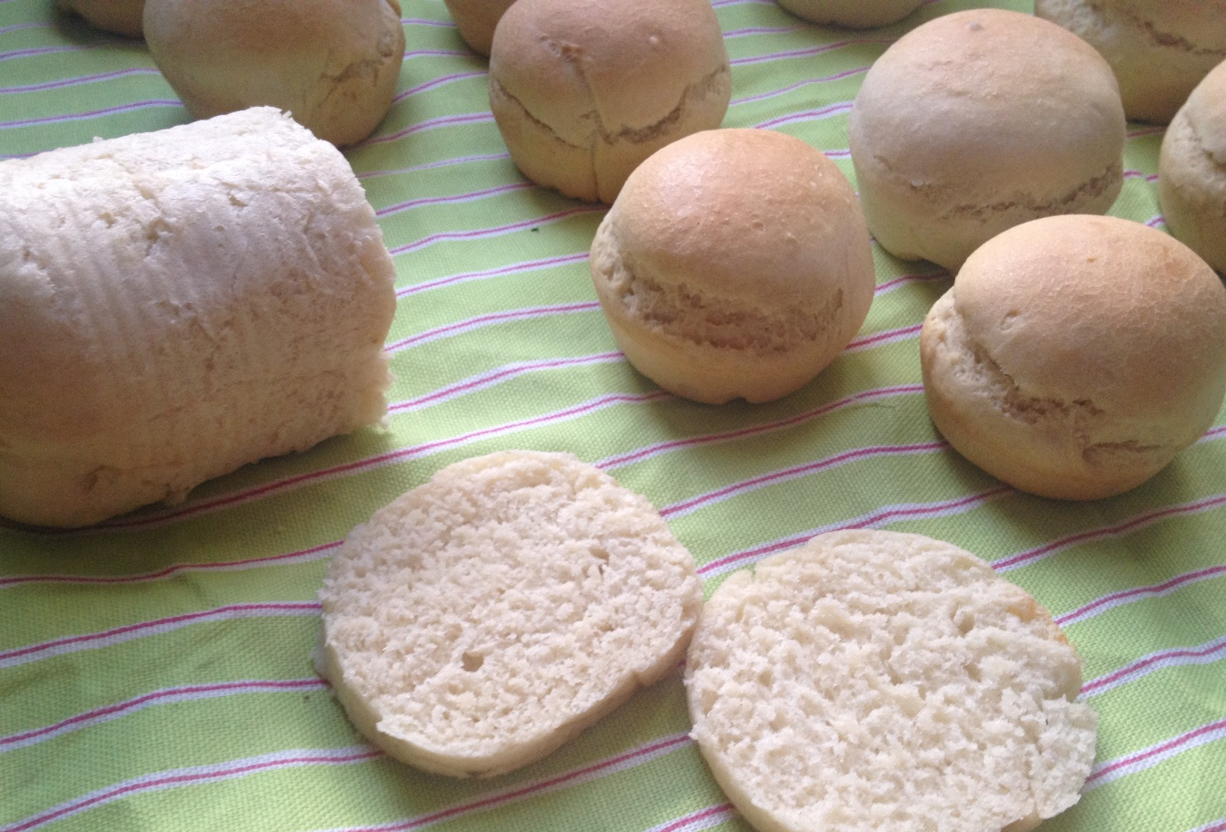Pan en molde y panecillos