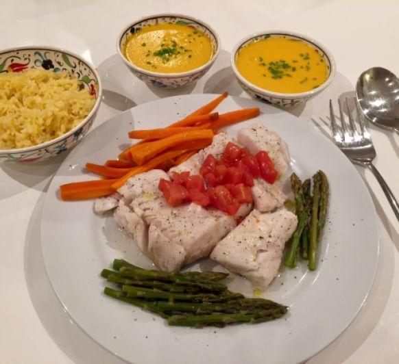 Sopa de calabaza, pescado con arroz y verduras, crumble de manzana y pera