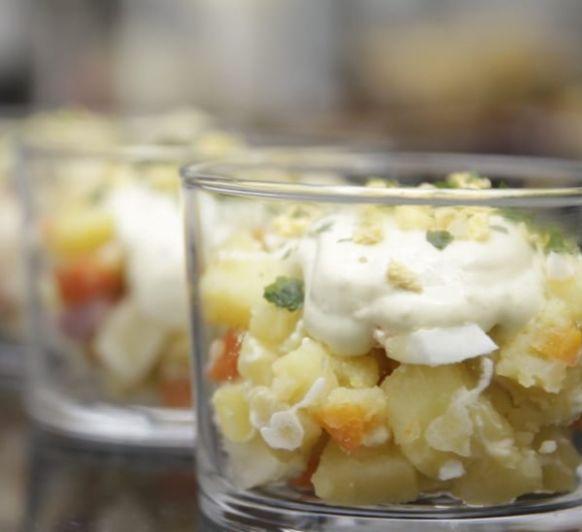 Ensaladilla rusa con manzana y mayonesa de aguacate, cilantro y lima