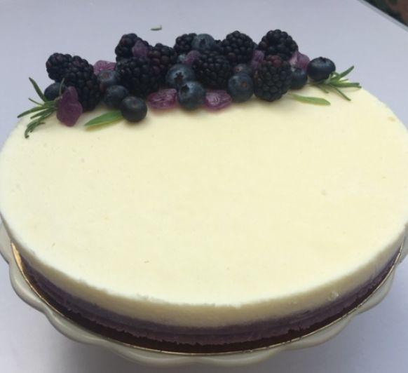Tarta de chocolate blanco al aroma de violetas con frutos del bosque