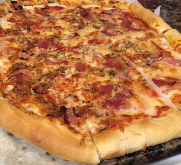 Pizza con borde relleno de cheddar