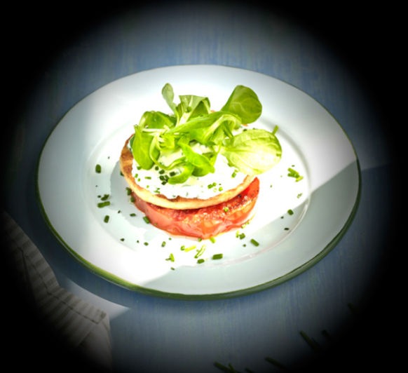 Hamburguesa de trucha con tomate a la plancha