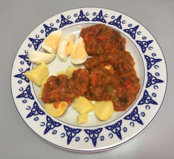 Pisto con huevo duro y patatas al vapor. ¡Para chuparse los dedos!