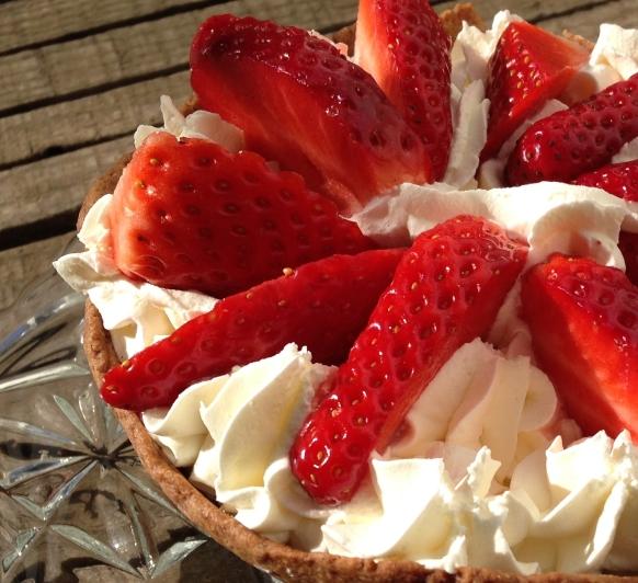 ¿Te animas y preparas un postre en 25 minutos?Chocolate, nata y fresas.