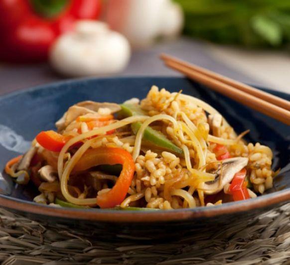 Arroz asiático con verduras, exótico plato con un gran sabor