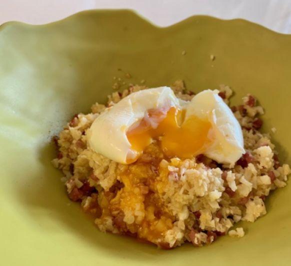 Migas de coliflor y huevos mollet