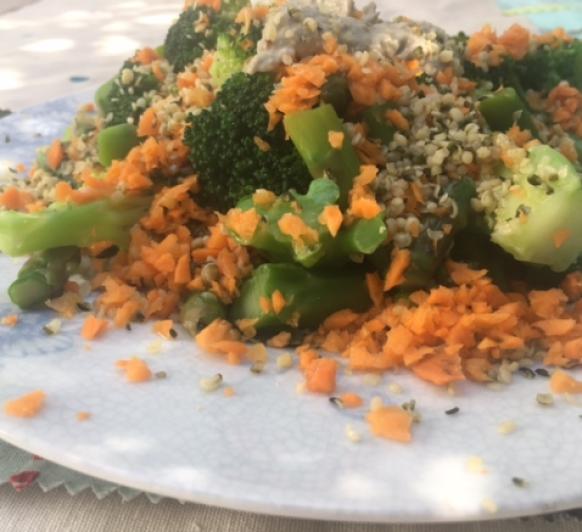 Ensalada de verduras al vapor con hummus de lentejas