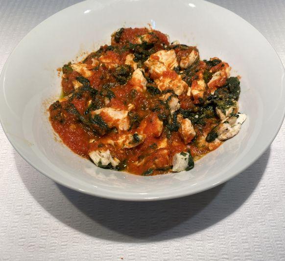 Pollo con espinacas y tomate