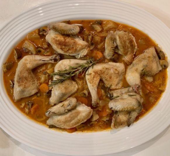 Picantones con guiso de verduras, setas de temporada y pera con Thermomix®