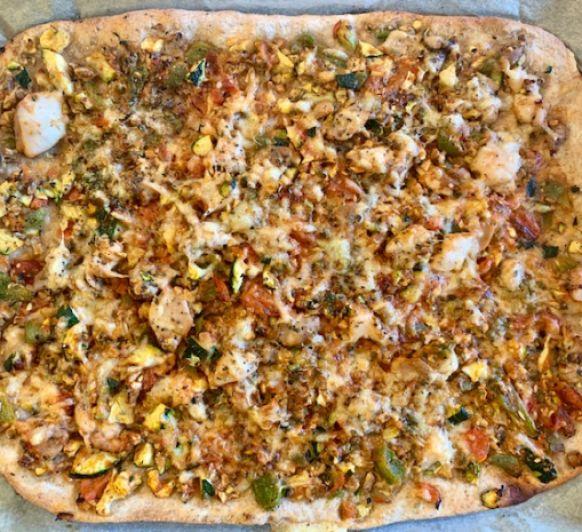 Pizza integral de pollo al ajillo con verduras con Thermomix®