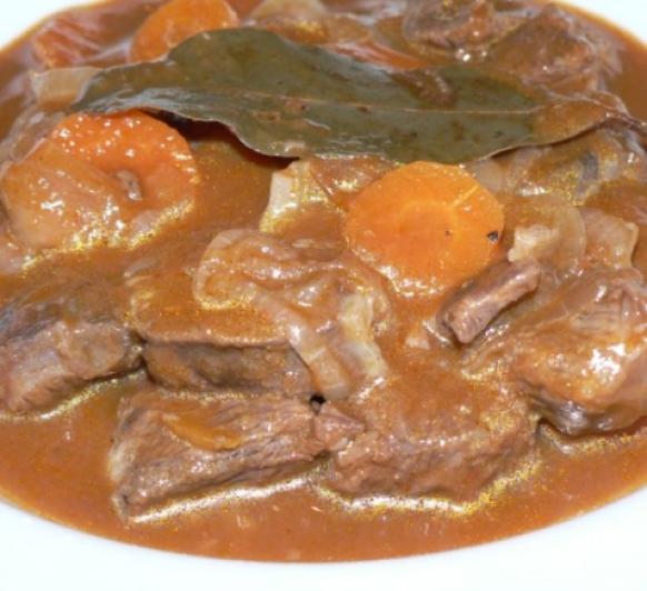 Menu completo: Goulash de ternera y solomillo relleno de tortilla y jamón con guarnición con Thermomix®